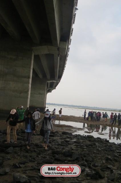 Nhiều người đi đường tụ tập trên cầu Hùng Vương theo dõi vụ việc.