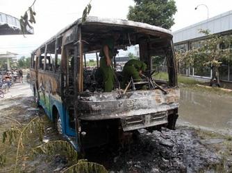 Đang trong trạm xăng, chiếc xe buýt bị cháy rụi