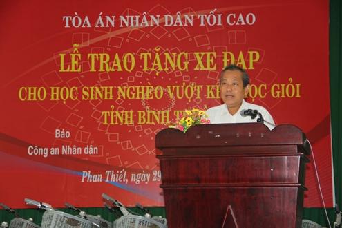 Chánh án TANDTC Trương Hòa Bình trao tặng 200 xe đạp cho các em học sinh nghèo hiếu học