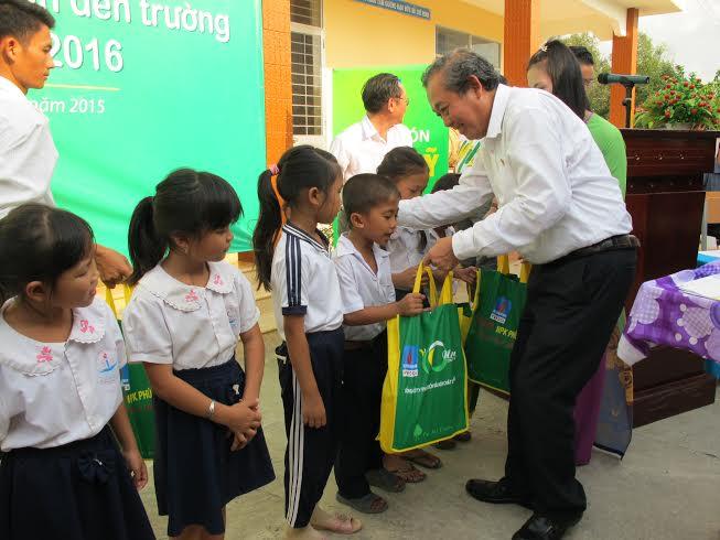 Bí thư Trung ương Đảng, Chánh án TANDTC Trương Hòa Bình trao quà cho học sinh nghèo tại Long An
