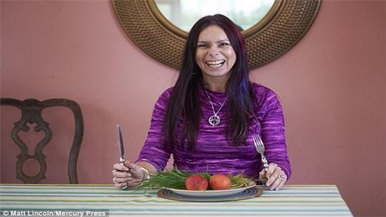 Kỳ lạ người phụ nữ ăn cỏ suốt 7 năm vì nghĩ mình là ngựa