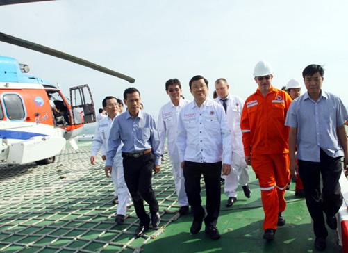 Chủ tịch nước Trương Tấn Sang thăm và chúc Tết cán bộ nhân viên giàn khoan dầu khí