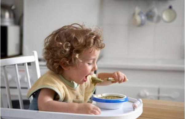 Cách dạy bé tự ăn từ bé mà các mẹ nên biết