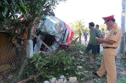 Xe khách giường nằm đâm sập nhà dân, 5 người bị thương
