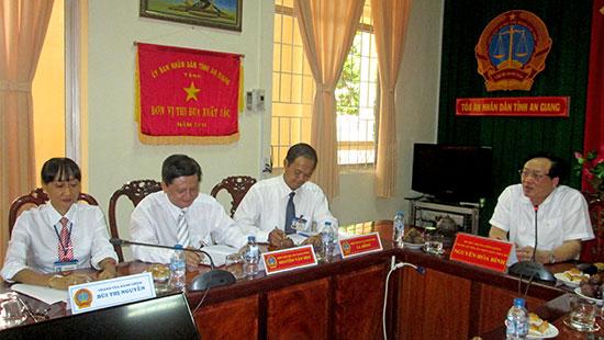 Chánh án TANDTC Nguyễn Hòa Bình làm việc với TAND hai cấp tỉnh An Giang