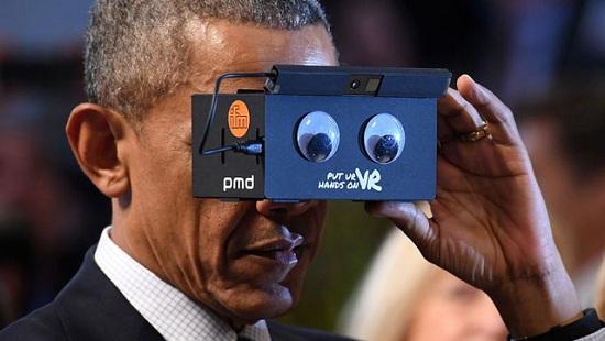 Tổng thống Obama thích thú khi dùng kính thực tế ảo của Samsung