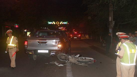 Bình Định: Húc đuôi xe ô tô bán tải, hai người bị thương