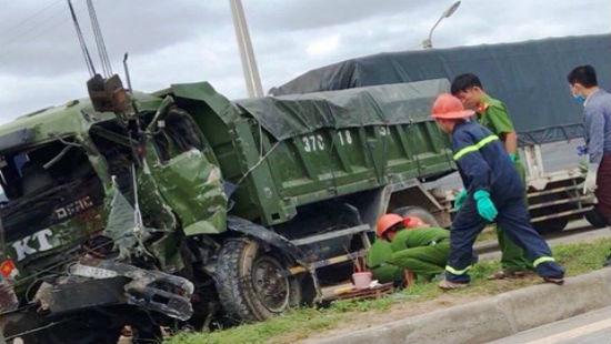 Tông vào đuôi xe tải, tài xế mắc kẹt trong cabin tử vong