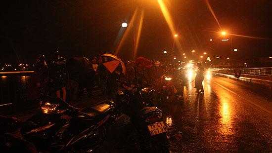 Nam sinh viên lao xuống sông tự tử giữa trời mưa lớn