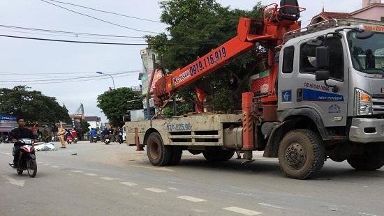 Nghệ An: Kinh hãi nhìn tảng sắt cả tấn từ xe cẩu đè nát ca bin xe ngược chiều