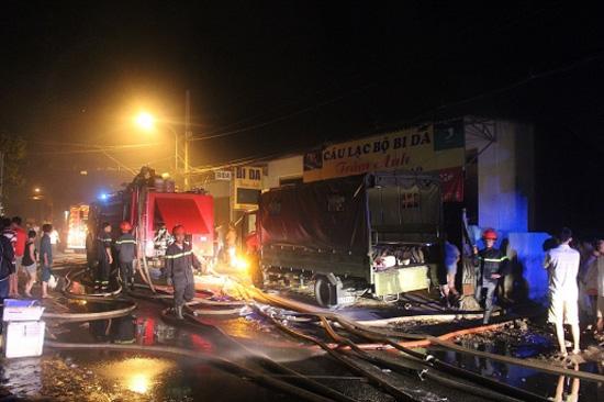 TP.HCM: Hàng trăm cảnh sát khống chế vụ cháy xưởng sản xuất bao bì