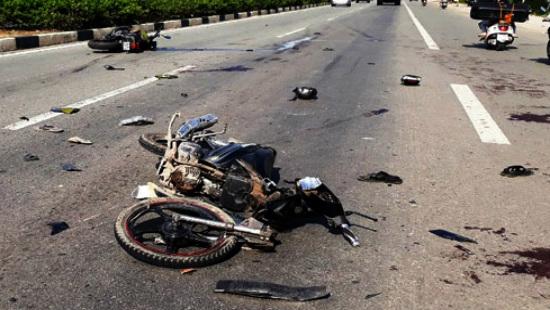 Bình Dương: Hai xe máy đâm nhau, 5 người thương vong