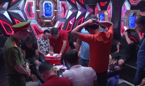 """Hà Nam: 10 nam thanh nữ tú """"cắn thuốc"""" bay lắc trong quán karaoke"""