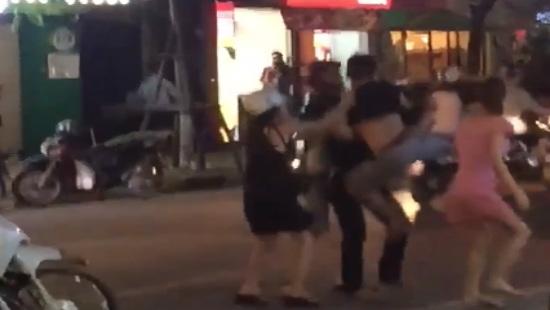"""Hà Nội: Tạm giữ hình sự thanh niên đánh người vì cho rằng bị """"nhìn đểu"""""""