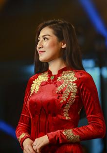 Á hậu Dương Tú Anh đẹp lộng lẫy với áo dài dát vàng trị giá 15 ngàn USD